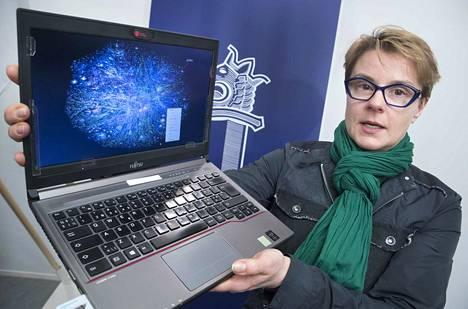 Keskusrikospoliisin internet-tiedustelu saa vuosittain tuhansia vihjeitä ulkomaalaisilta viranomaisilta suomalaisista henkilöistä, jotka katselevat, lataavat koneilleen ja jakavat eteenpäin lasten hyväksikäyttökuvia, kertoo rikosylikomisario Sari Sarani Krp:stä.