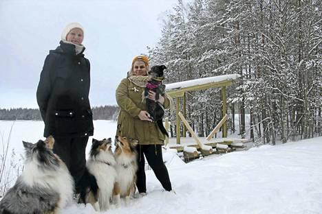 Henna Kuhmonen ja Edith Kankaanranta kävivät perjantaina koiriensa kanssa lenkillä Haunisten altaan ulkoilureitillä. He uskovat, että esteettömälle grillauspaikalle riittää käyttöä.