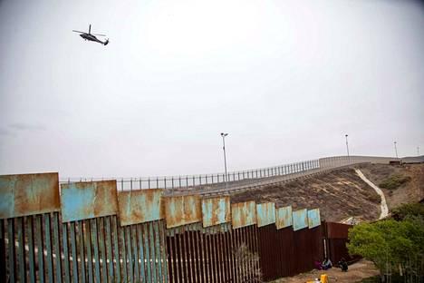 Yhdysvaltojen ja Meksikon välisellä rajalla on jo useampia satoja kilometrejä erilaisia aitoja ja kulkuesteitä. Trumpin vaatimus on lisärakentaminen yhtenäiseksi, noin 3000 kilometrin esteeksi.