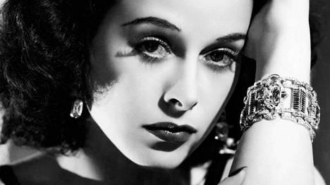 Hedy Lamarr nousi maailmanmaineeseen kohutussa alastonroolissa vuonna 1933. Hän kehitti kännyköissä käytettävän hajaspektritekniikan, mutta ei koskaan saanut patentistaan ropoakaan.