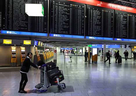 Selkärangattomia voi livahtaa lentokoneen matkustamoon, rahtitiloihin tai itse rahdin joukkoon. Vieraslajeja tai taudinaiheuttajia kulkeutuu myös matkatavaroissa.
