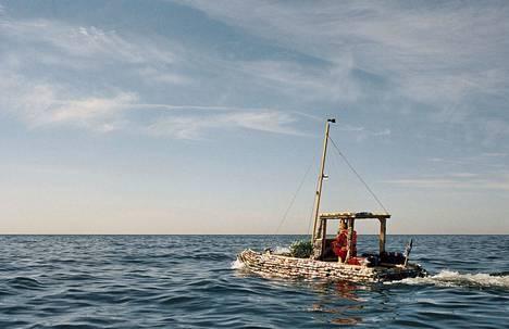 Suomen ja Viron välinen laivaliikenne kiinnostaa taiteilija Karel Koplimetsiä. Oluttölkeistä rakennettu vene vuodelta 2017 on hänen tunnetuin teoksensa. Lisäksi Koplimets on valokuvannut laivojen kahta erilaista matkustajaryhmää, väsyneitä virolaisia työmiehiä ja bilettäviä suomalaisia.