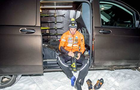 Huippuhiihtäjälle oma auto on lähes välttämättömyys. Markus Vuorela kiertää kotimaan kilpailuja Mercedes-Benz-pakettiautolla. Tällä viikolla Vuorela kilpaili Vantaalla Suomen cupin pisteistä.