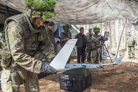 Ylipäällikkö tarkasti maavoimien KAAKKO16-harjoituksen 30. toukokuuta 2016. Esittelyssä Orbiter-minilennokki. Mukana on myös varusmiehiä, joilla on lennokkiharrastustaustaa.