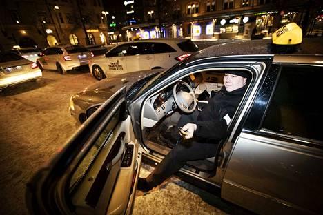 Jussi-Petteri Kuosmanen odottaa asiakasta Rautatieaseman tolpalla. – Taksiin on voinut luottaa ennen, ja näin on varmasti jatkossakin, hän sanoo.