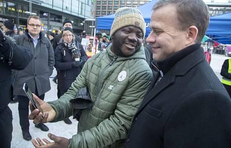 Abdoulie Gaye halusi samaan kuvaan kokoomuksen puheenjohtaja Petteri Orpon kanssa Helsingin Narinkkatorilla.
