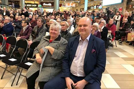 Paula Kangas ja keskustelutilaisuuden juontava Ylen päätoimittaja Jouko Jokinen seurasivat juhlan musiikkinäytöstä.
