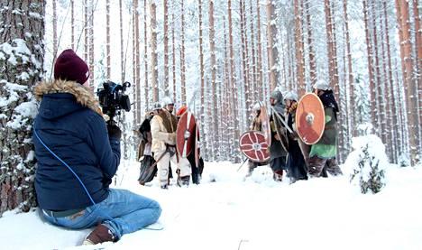 Tredun opiskelija Eetu Rantakangas toimi musiikkivideon kuvaajana. Taustalla valmistaudutaan taisteluun Pirunvuoren siimeksessä.