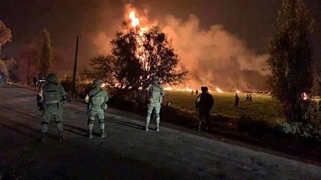 Sotilaat partioivat kymmeniä ihmisiä tappaneen polttoaineräjähdyksen aikoihin lähistöllä.