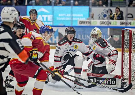 Kärpät pelasi avauserän tyylikkäissä perinnepaidoissa. Ässien Matias Varttinen auttoi pelin maalilla aloittanutta Andreas Bernardia parhaansa mukaan.
