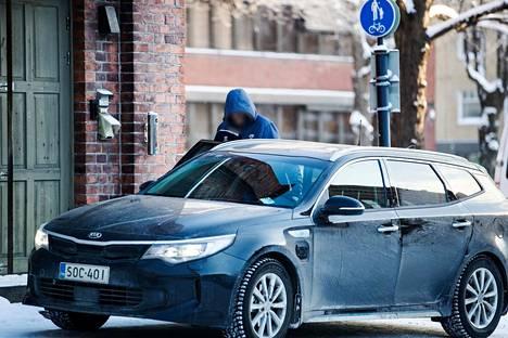 Epäilty siirrettiin käräjäoikeudesta takaisin poliisitalolle. Epäillyn kasvot on käsitelty tunnistamattomaksi.