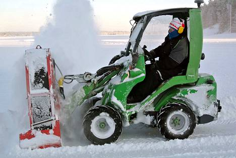 Retkiluisteluradan auraaminen viivästyy yhä Näsijärvellä, sillä Pekka Tyllilän mittauksissa jää on osoittautunut yhä liian heikoksi koneelle ja miehelle.