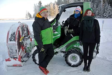 Tyllilän perheyrityksen lapset Tuire ja Tapio Tyllilä ottavat yhä suuremman vastuun Pekka Tyllilältä Hiking Travelin ja muun muassa Näsijärven retkiluisteluradan toiminnasta.
