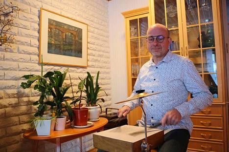 Rauli Yrjänä pystyy taas nauttimaan musiikista täysin siemauksin. Vanerinen rumpusetti kulkee kätevästi mukana ja sopii hyvin kotona treenaamiseen.