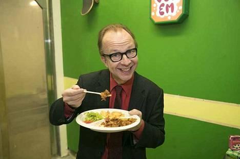 Simo Frangen maistaa rohkeasti ja syö lopulta koko annoksen seitania.