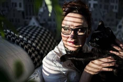Viimeisimpään kokoelmaansa Tuija Välipakka kirjoitti sata runoa. Yksi niistä menee näin: Valkoinen kissa on ujo / punainen kissa on ystävällinen / kirjava kissa on suvaitsematon / musta kissa, musta kissa kehrää / kaikkien edesmenneiden sielut ruumiissaan. Turvapaikanhakija on runoilijan seitsemän kollin laumasta ainoa, joka ei ole ragdoll.