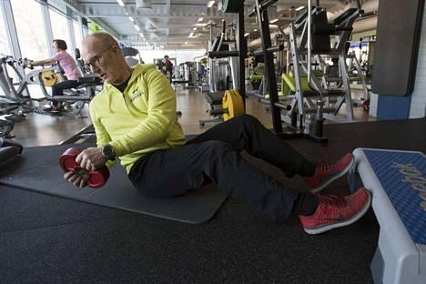 Kuntosaliyrittäjä Harri Ojalan mukaan kuntoilu kannattaa aloittaa maltillisesti ja tehoa lisätä sitten, kun keho tottuu liikkeisiin. Tässä on menossa vatsalihasliike vartaloa kiertäen.