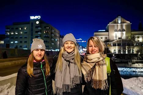 Jääkiekko yhdistää Elli Suorantaa (vas.), Anniina Nurmea ja Linnea Sainiota.