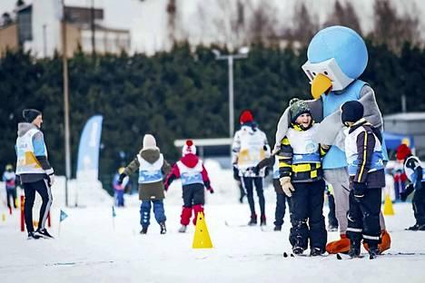 Lasten lumipäivät maskotti Tuisku on mukana menossa. Tarjolla on iloista talvista liikuntamenoa.