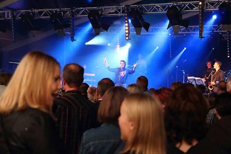Tapsan Tahdit on Nokian suosituin vuotuinen tapahtuma. Tässä kuvassa kuunnellaan Frederikiä viime kesänä.