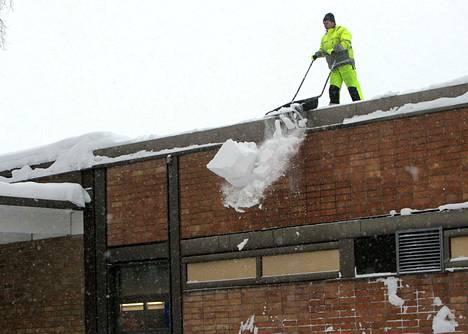 Kiinteistöliiton lakineuvonnan puhelinpalvelussa asiakkaita kiinnostavat etenkin vahingonkorvausvastuu esimerkiksi kattolumien tippuessa.