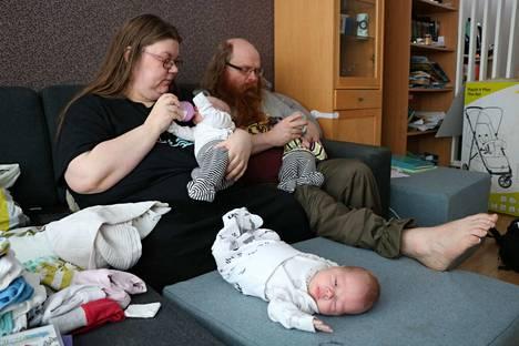 Yksi vauva odottaa, kun muut ruokailevat.