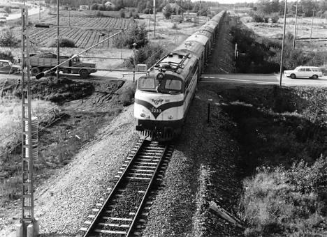 Näin ajeltiin radan ylitse Soppeenmäen ja Kirkonkylän välillä 1970-luvulla, kun rautatien ylittävä Kuruntien silta ei vielä ollut käytössä.