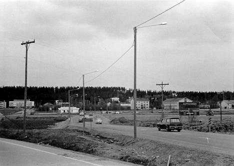 Tällaiselta näytti liikenne Kirkonkylästä Soppeenmäen suuntaan 1970-luvulla, kun rautatien ylittävää siltaa ei vielä ollut olemassa.