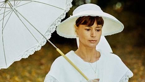 Agnes (Harriet Andersson) sairastaa syöpää Kuiskauksia ja huutoja -elokuvassa. Agneksen sisaret saapuvat valvomaan kuolinvuoteen äärelle.