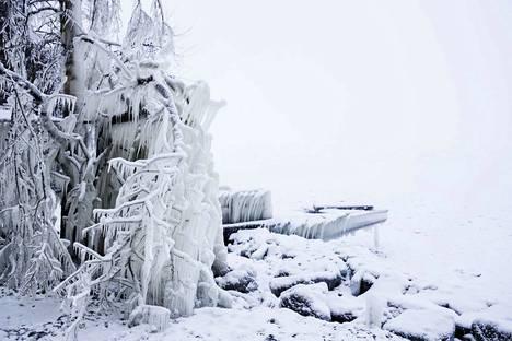 Keskiviikkona Etelä- ja Lounais-Suomessa pakkanen heikkenee ja unta pyryttää jonkin verran.