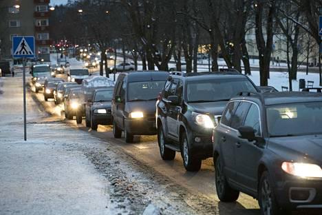 Jos auton käyttöön tulee vähänkään pidempiä taukoja, kannattaa auto siirtää pois liikenteestä.