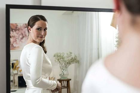 Sanna Marinin valkoisen asun Linnan juhliin suunnitteli Anni Ruuth. Marin aikoo myös avioitua tässä samassa puvussa.