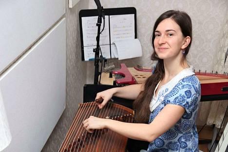 Barbora Xun kodin ympäristö Rymättylässä on niin hiljainen, että hän voi käyttää olohuonettaan äänitysstudiona.