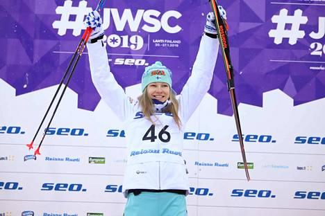 MM-hopeaa: Eveliina Piippo pääsi tuulettamaan, kun kisan kolme parasta saivat mitalinsa.