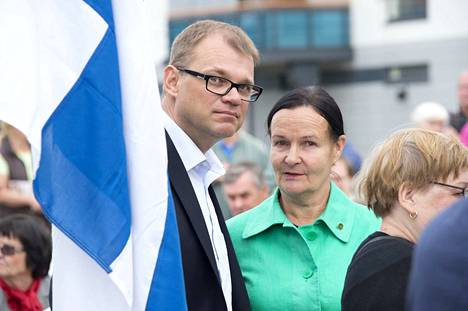 Vuonna 2013 Raili Naskali poseerasi Pirkkalassa keskustajohtaja Juha Sipilän kanssa. Nyt Naskali on pettynyt Sipilän hallituksen oikeistolaisuuteen ja pyrkii eduskuntaan väyrysläisenä.