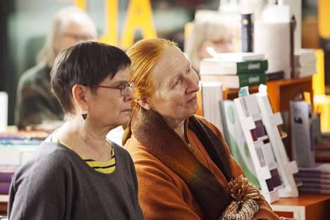 Riitta Janhuselle (vas.) ja Inkeri Tuomaalalle kirjakaupan tapahtumat kuuluvat vakio-ohjelmaan. Molemmat ovat innokkaita lukijoita. Janhunen muutti Tampereelle kaksi vuotta sitten Lahdesta nimenomaan kulttuuritarjonnan takia.