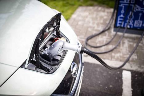 Sähköautoja pidetään tulevaisuuden liikkumistapana, mutta käytössä niitä on vielä vähän.