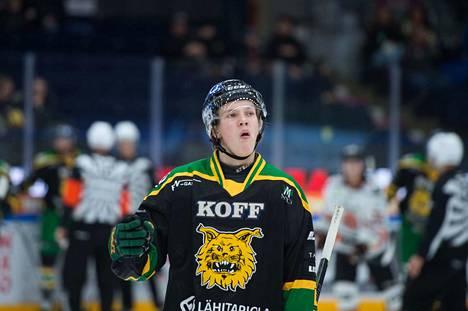 Oskari Laaksonen luistelee joukkueen mukana jo tänään illalla Hakametsän jäälle.