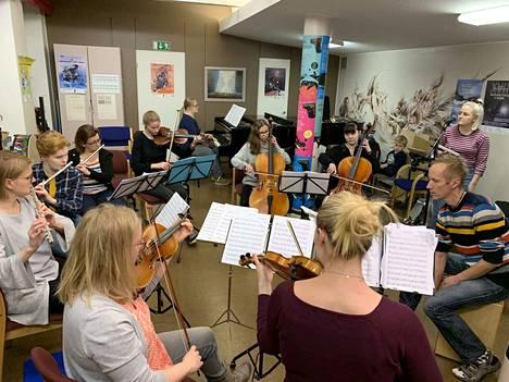 Mika Tepposen johtama Autere-opiston voin Orkesteri harjoittelemassa. Solisti Mimi Steffansson kuvan oikeassa laidassa.