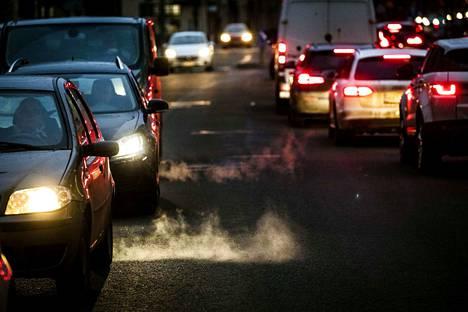 Valtaosa autoista kulkee fossiilisilla polttoaineilla. Sdp haluaa ilmasto-ohjelmassaan lisätä sähköautojen ja muiden vähäpäästöisten autojen määrää.