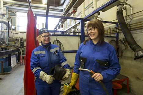 Saara Mikkilä ja Mirja Huhtala opiskelevat hitsaajiksi rekrytointikoulutuksessa. Maaliskuussa alkaa työssä oppimisen jakso Kumerassa.