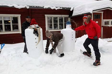 Heretyn kulmilla on järjestetty erinäisiä tapahtumia. Vuosi sitten kämpän pihalla tehtailtiin joukolla lumiukkoja.