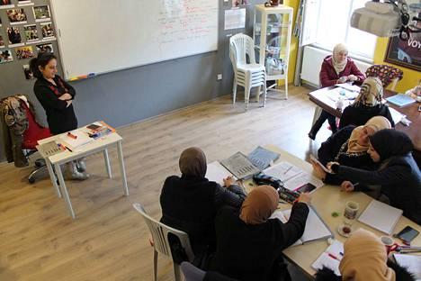 Turkin kielen oppiminen on pakolaisille tärkeää, jotta he pärjäävät Turkissa. Pakolaisnaisia oppitunnillaan Small Projects Istanbulin järjestötalolla.