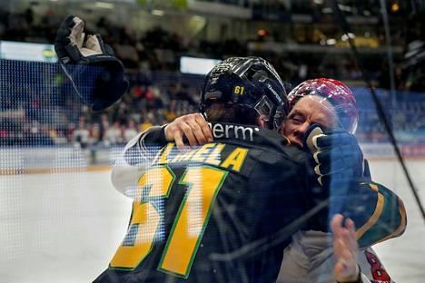 Tuomas Salmela ja Ville Varakas pistivät painiksi avauserässä.