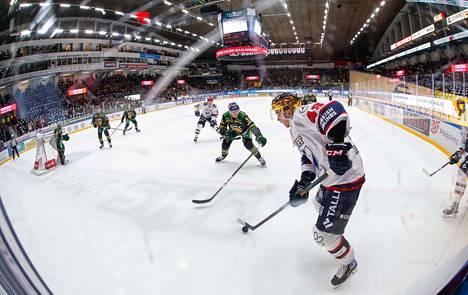 Ilveksen puolustaja Oskari Laaksonen (kesk.) edustaa Suomen maajoukkuetta tulevassa Euro Hockey Tour -turnauksessa.