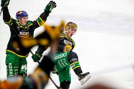 Oskari Laaksonen riensi onnittelemaan Arttu Ruotsalaista, joka ratkaisi Ilvekselle 6–5-voiton jatkoajalla.