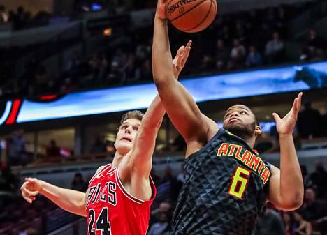 Atlanta Hawksin Omari Spellman (oik.) taisteli Lauri Markkasta vastaan korilla torstain vastaisena yönä.