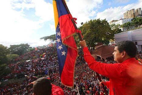 Ei vielä entinen presidentti. Nicolas Maduro yllytti keskiviikkona Caracasissa kannattajiaan vastamielenosoituksiin.