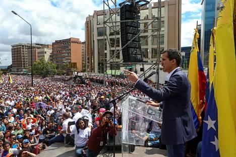 Venezuelan parlamentin puhemies Juan Guaidó julisti itsensä keskiviikkona tuhansien ihmisten edessä maan presidentiksi.