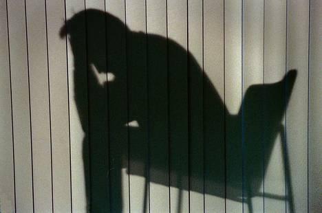 Väitöstutkimuksen mukaan sairaalahoidossa olleiden potilaiden itsemurhakuolemaa ennustivat miessukupuoli, aiempi itsemurhayritys, vakava masennustila, alkoholiriippuvuus, yksin asuminen sekä korkea koulutus ja perheen suhteellisesti korkeampi tulotaso.